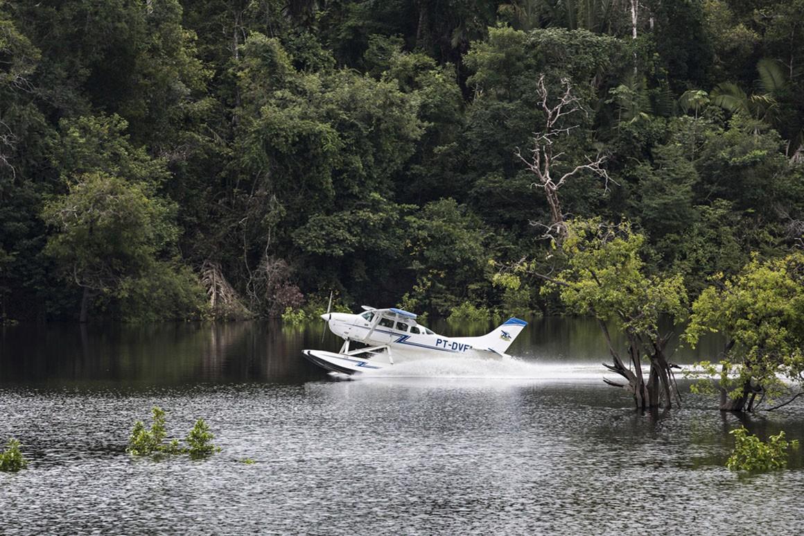 De hidroavião na Amazónia
