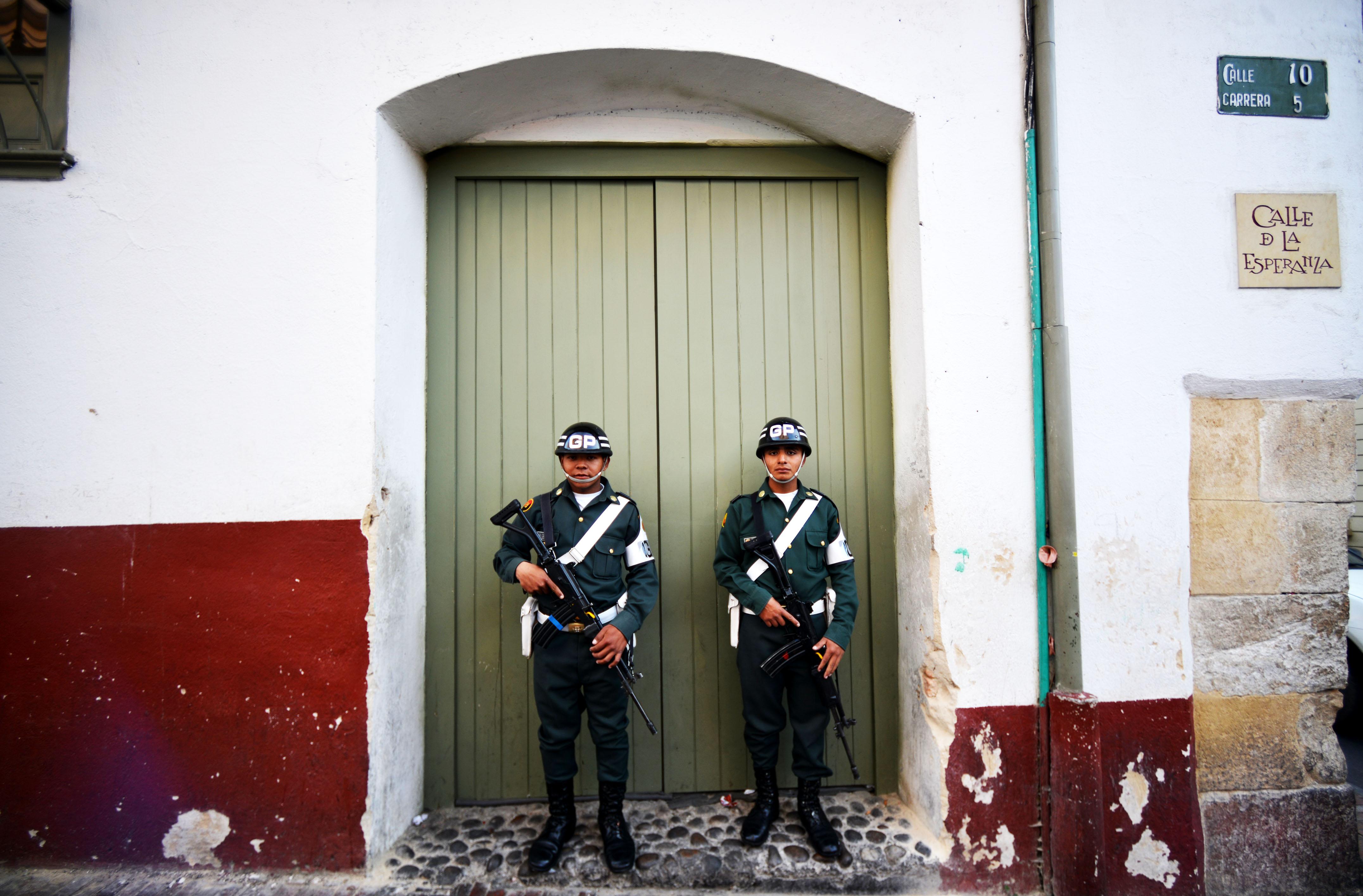 Soldados na zona antiga da cidade