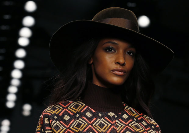 Jourdan Dunn num desfile da Issa na London Fashion Week