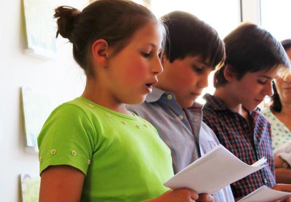 Mafalda Rebelo, nove anos, João Rebelo, 12 anos, e Miguel Jesus, 13 anos lêem O Rei Inchado