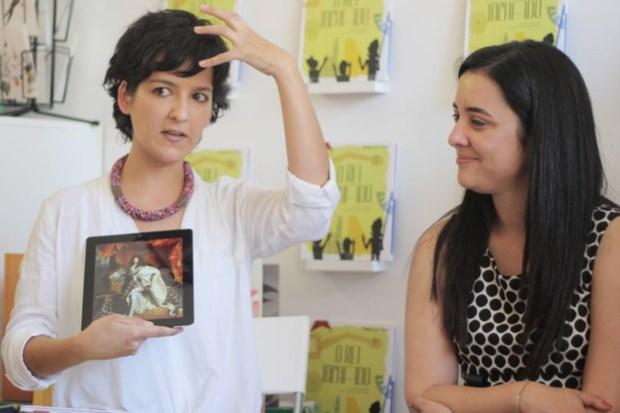 Catarina Correia Marques, a ilustradora, à esquerda, e Maria João Lopes, a autora do texto, na apresentação da obra