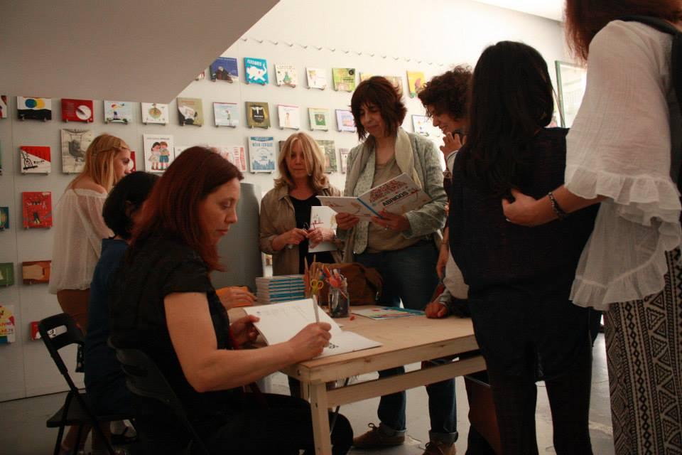 Adélia Carvalho, autora, e Maria Remédios, ilustradora, assinam os livros