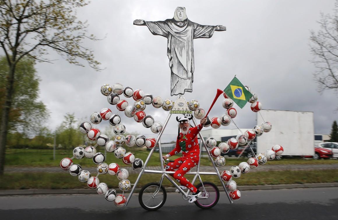 A mais recente criação celebra o Mundial de futebol que se realiza no Brasil