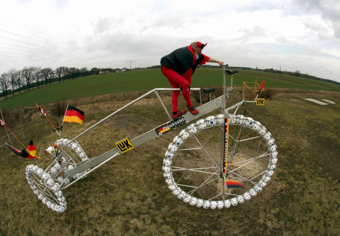 Esta foi construída para o Mundial 2006 na Alemanha, seria a maior bicicleta do mundo e inclui cem bolas de futebol