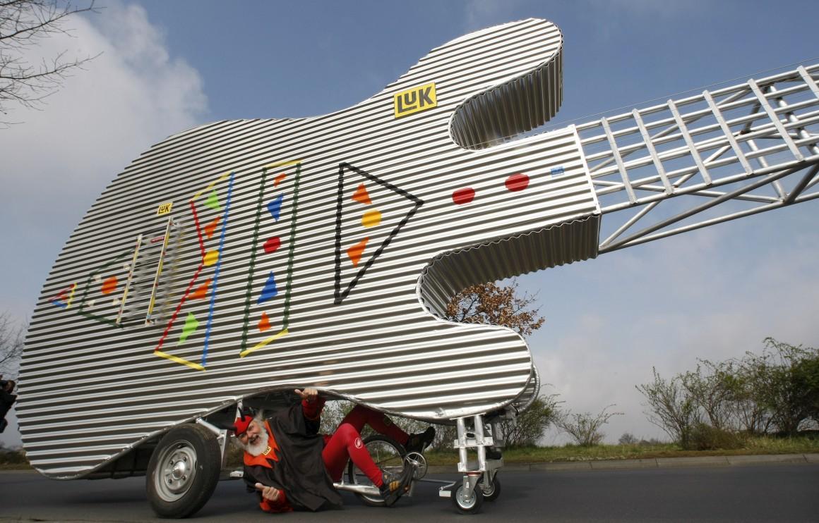 A bicicleta-guitarra: 5m de altura e 12m de comprimento