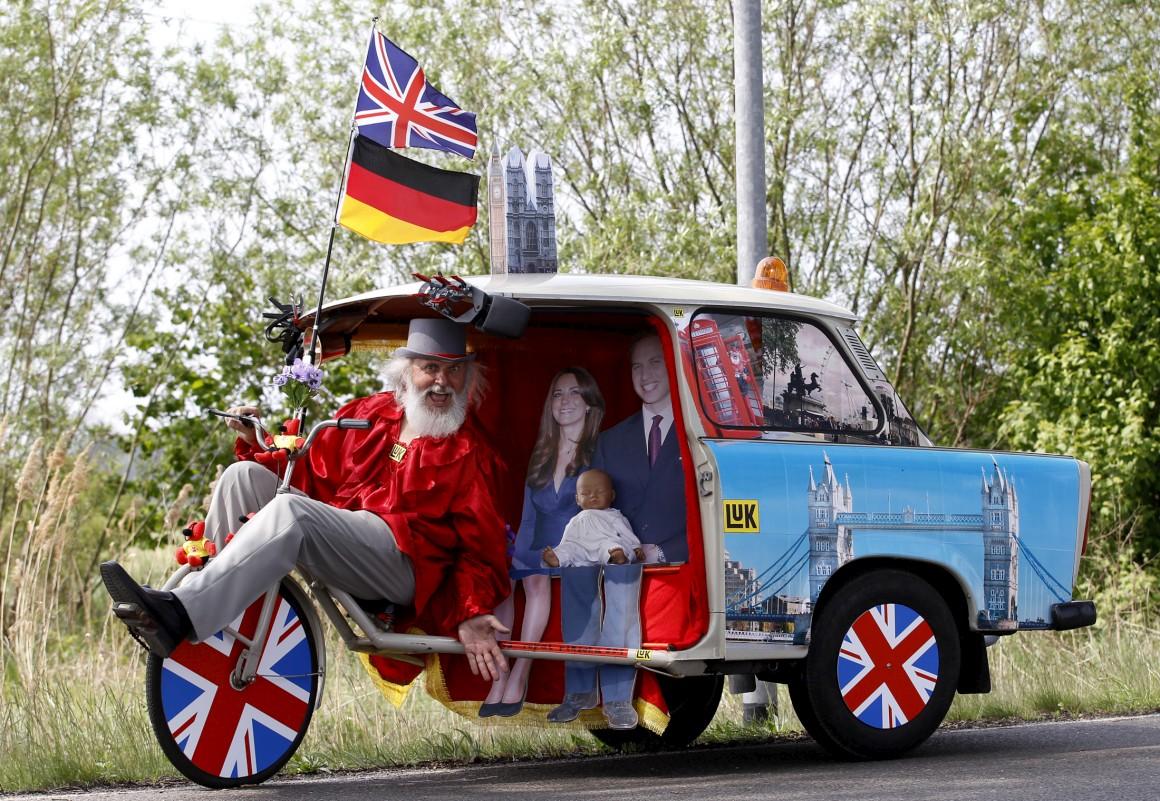 Para celebrar o casamento do príncipe William com Kate Middleton, usou partes de um Trabant, o carro icónico da República Democrática Alemã
