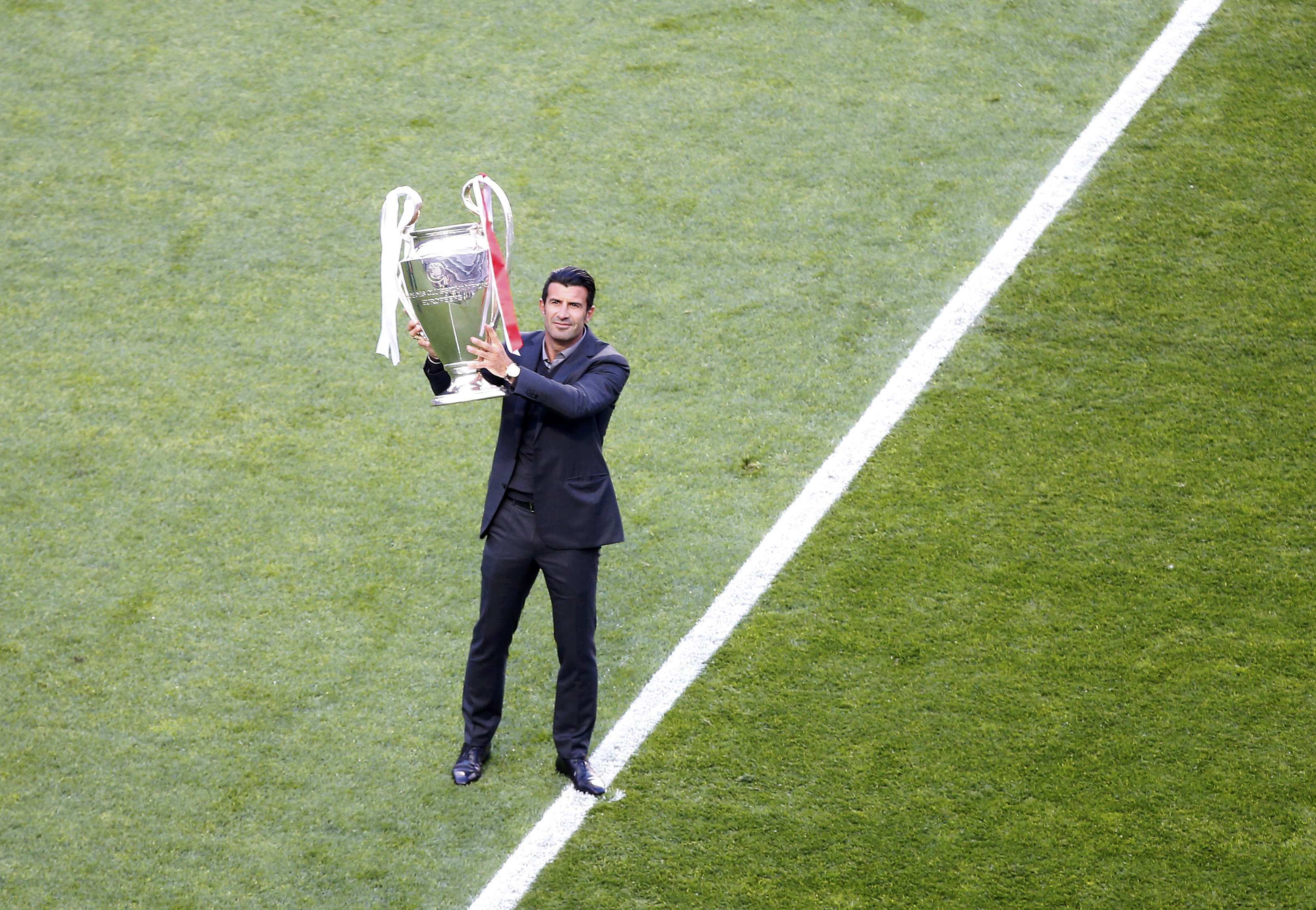 Luis Figo com a Taça dos Campeões, antes do início do jogo