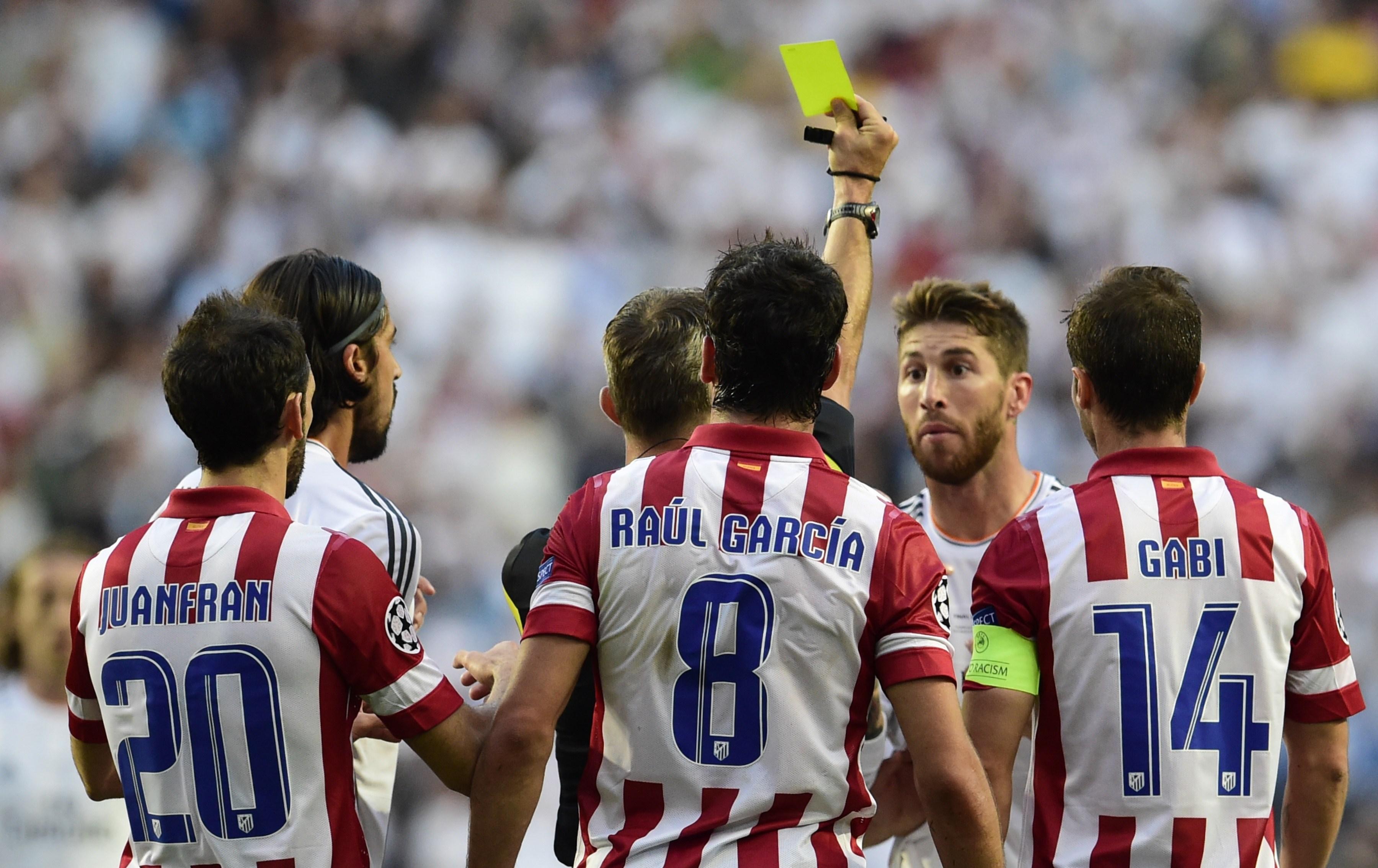 Sergio Ramos vê um cartão amarelo