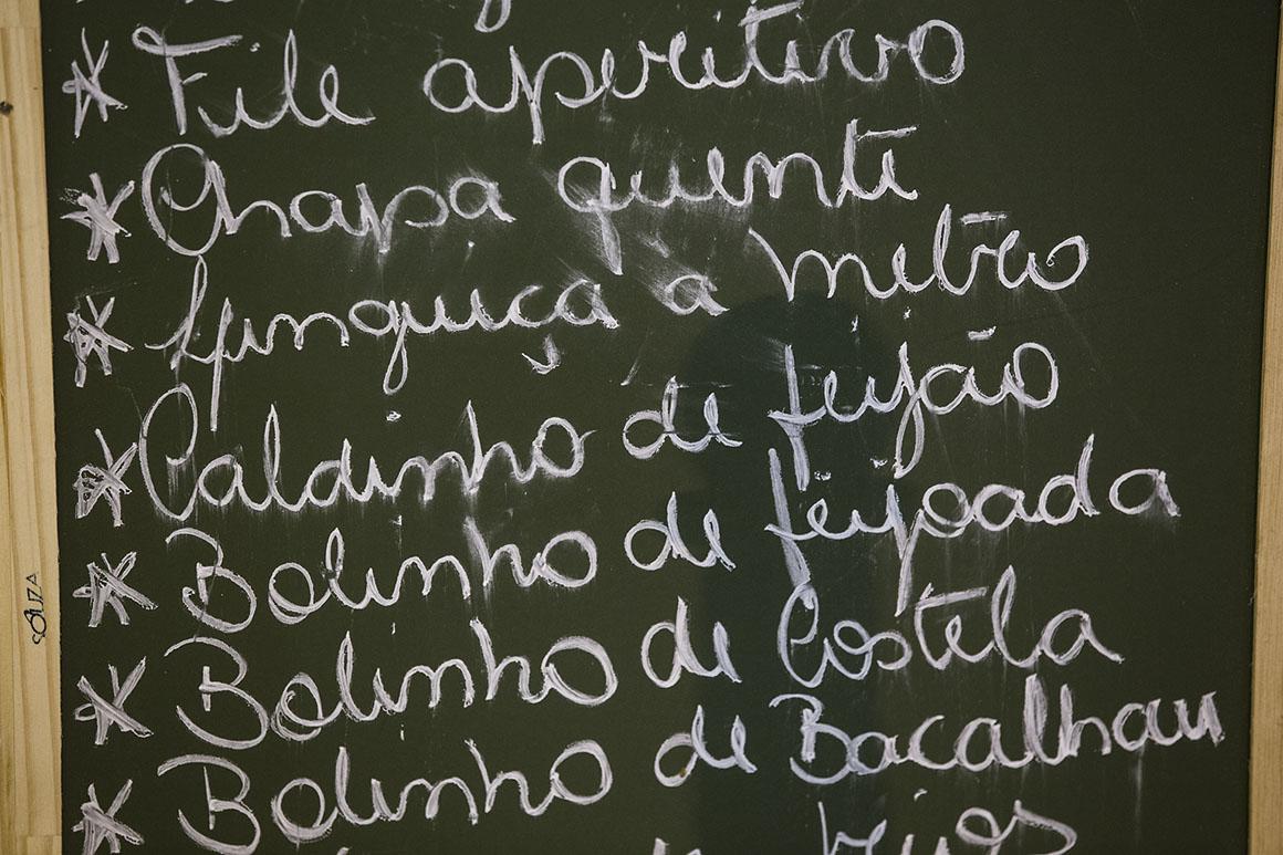 No boteco, o menu é escrito a giz no quadro negro