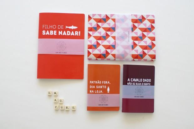 Os cadernos das 3 jovens do Um Ao Cubo têm provérbios, padrões geométricos e cores garridas
