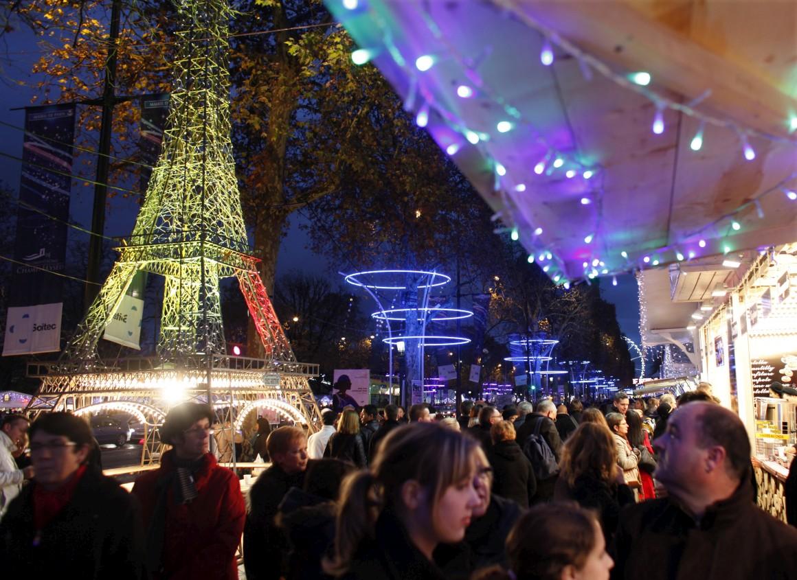 Um mercado de Natal, em 2011, ao longo dos Campos Elísios em Paris. Mas o que se vê na imagem é mesmo uma réplica da torre.