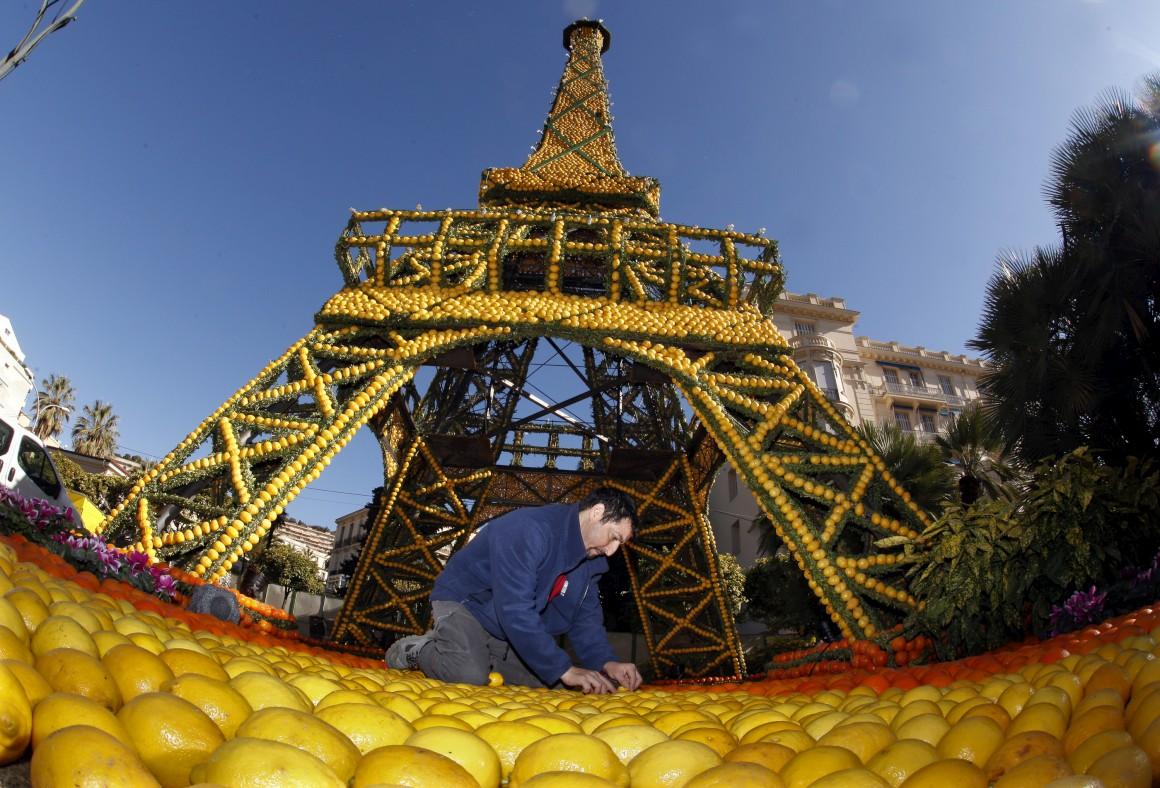 E esta torre é outra fruta: é feita de limões e laranjas, obra criada durante um festival de citrinos em Menton, França.