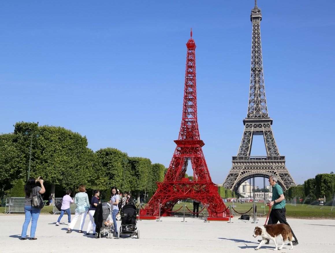 Tal como a Torre Eiffel original, também as célebres cadeiras Fermob, usadas em bistros e cafés, celebram 125 anos. Por isso a empresa criou uma réplica em cadeiras vermelhinhas. Mesmo à frente da torre verdadeira.