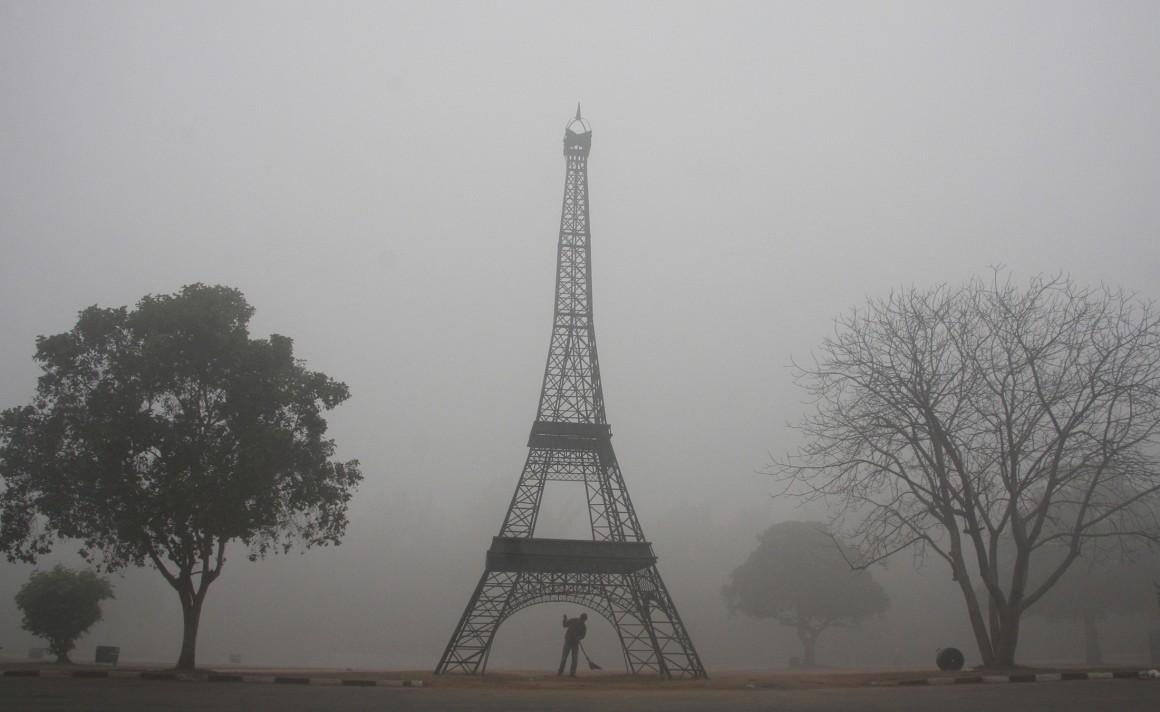 O nevoeiro é intenso mas não há quem não identifique de imediato o monumento. Porém, sublinhe-se que a imagem foi captada em Chandigarh, norte da Índia...