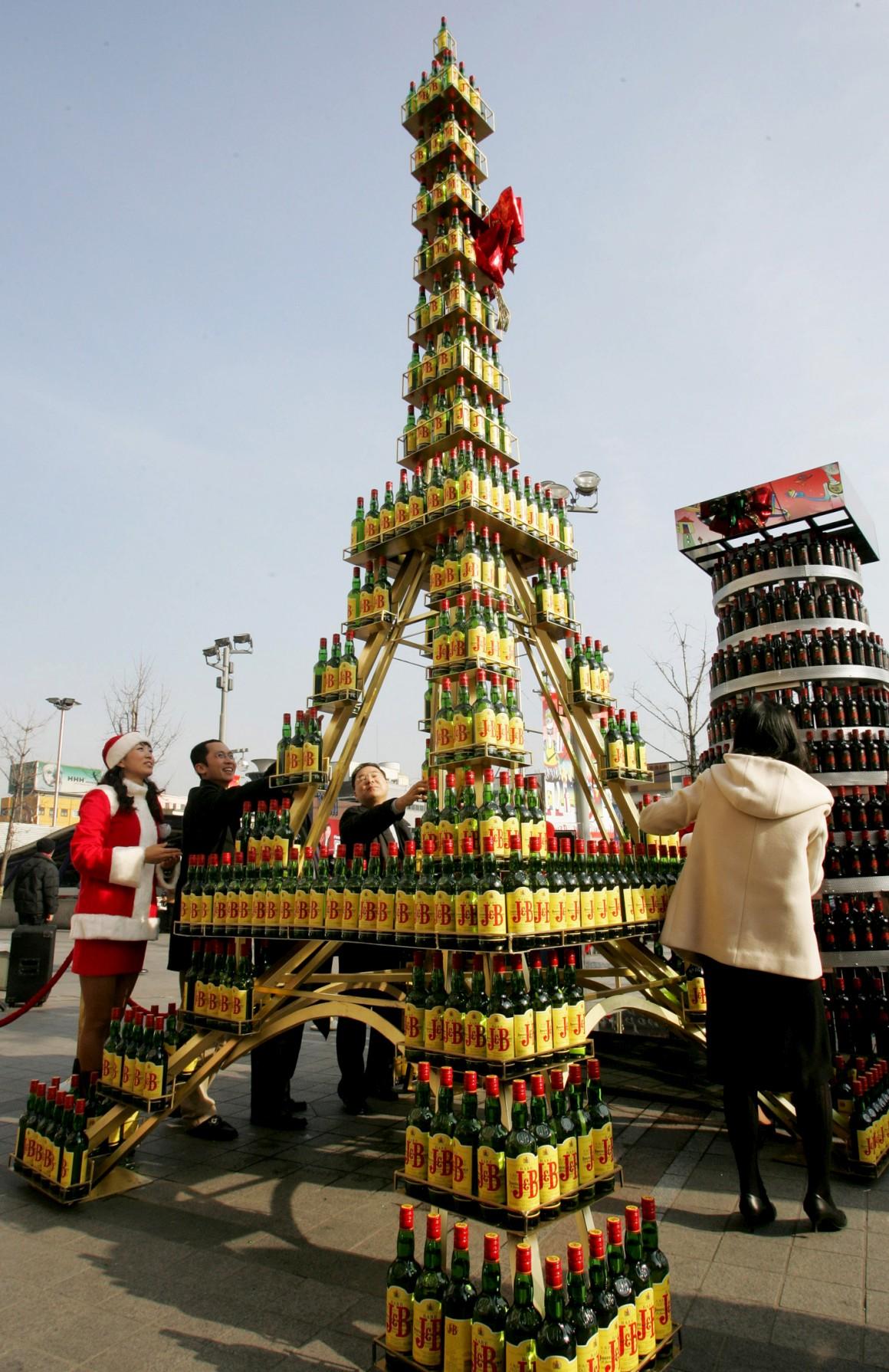 E agora uma versão etílica: feita de garrafas de whisky, serviu para um evento solidário. E isto em Seul, Coreia do Sul.