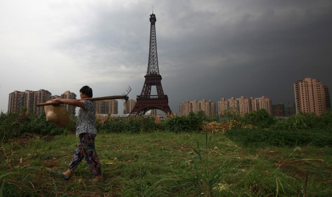 Cidade Luz? Não, luz na cidade. Mas perto da cidade de Hangzhou, na província de Zhejiang, China. Foto captada no Natal de 2007. É Tianducheng, um projecto imobiliário que pretende clonar Paris. A torre tem 108m.