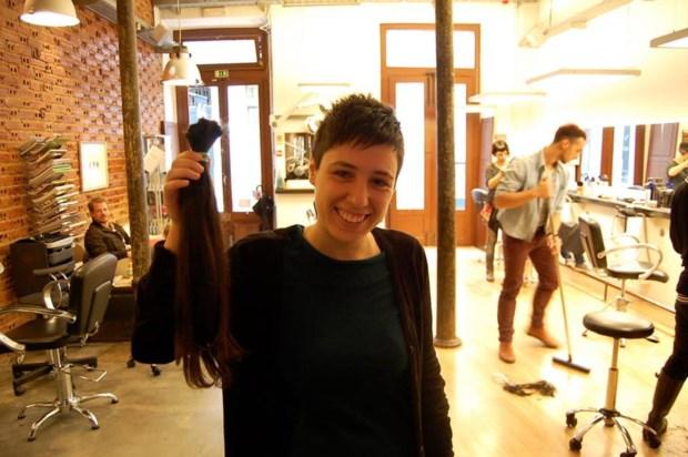 No final, um corte bem curto e o cabelo que iria doar no IPO de Lisboa