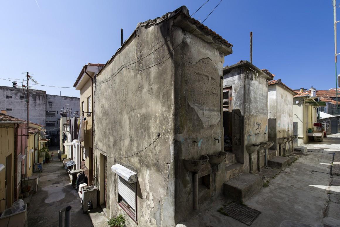 Na imagem, vêem-se lavatórios de casas de banho comunitarias
