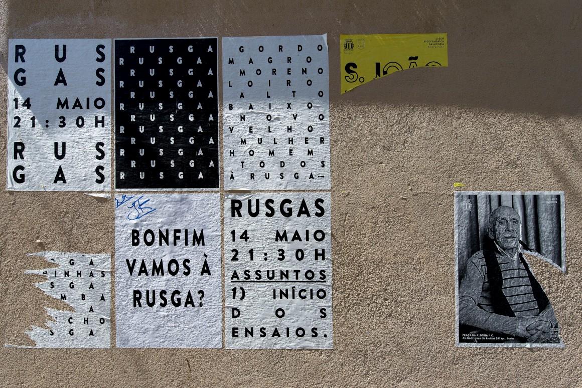 Cartazes num muro do bairro São Nicolau, Bonfim
