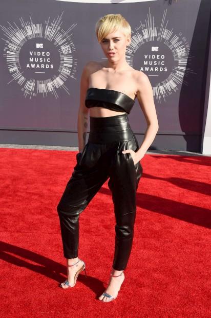 A cantora Miley Cyrus optou por um conjunto em pele preta
