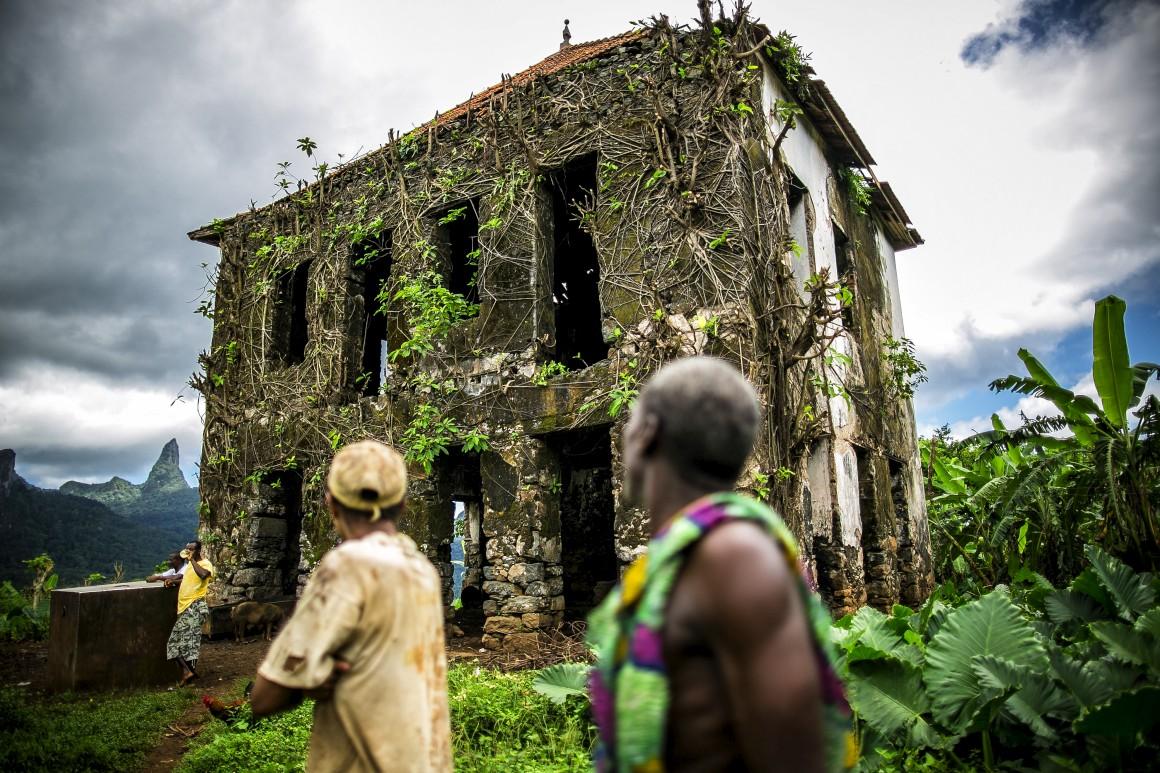 Ala desmoronada do antigo hospital da roça Agostinho Neto (antiga Rio do Ouro), São Tomé