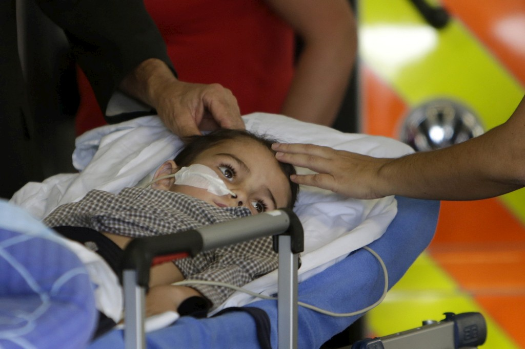 Aysha King, cinco anos, tem um tumor cerebral. Os pais decidiram tirá-lo do hospital e levá-lo para tratamento noutro país