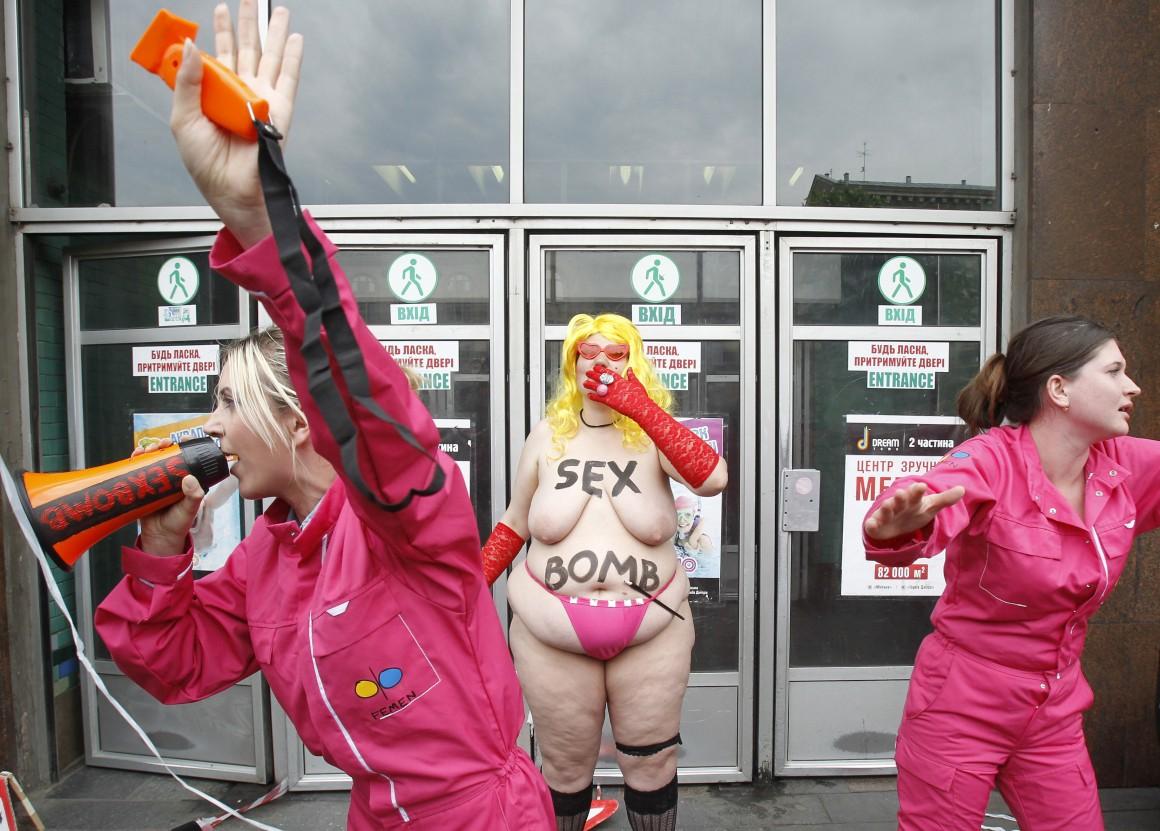 Um momento de uma performance-manifestação do grupo Femen