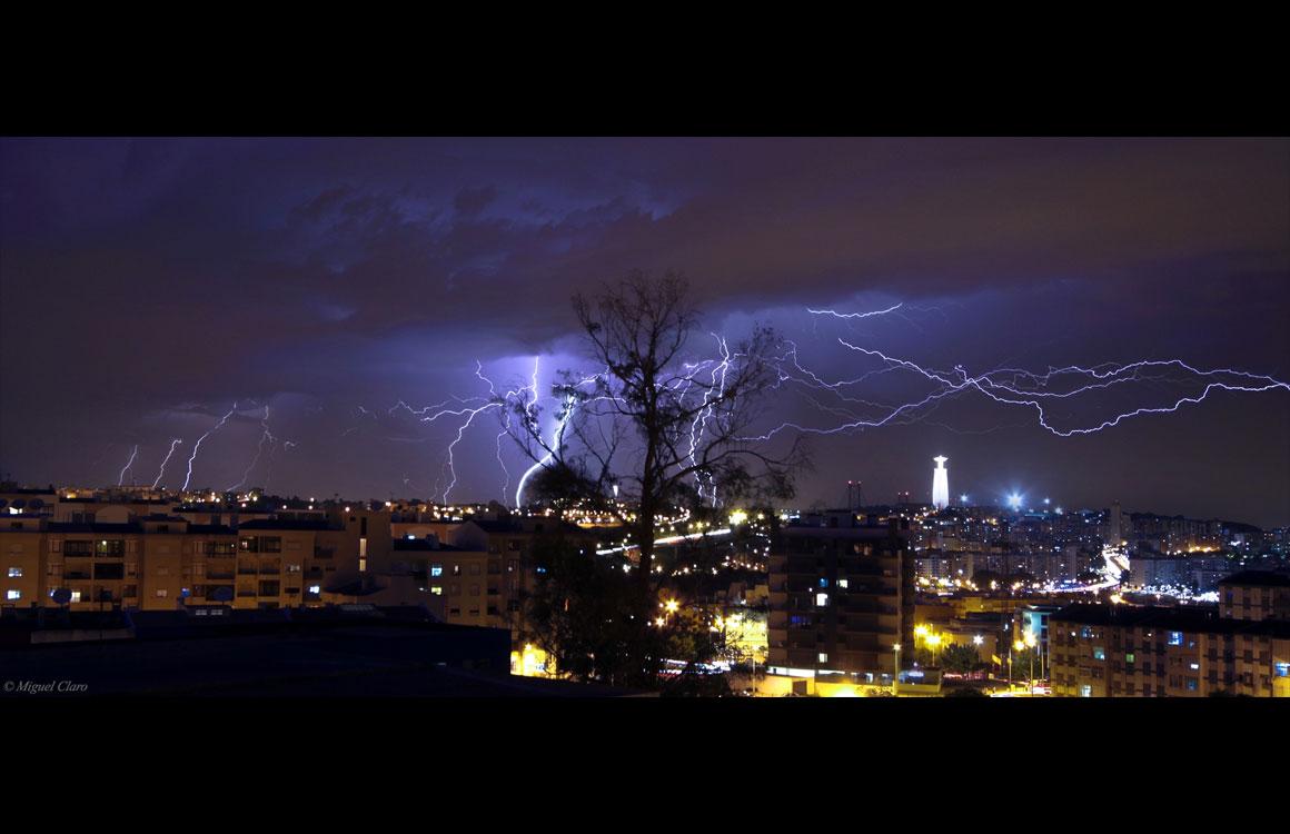Tempestade de relâmpagos sobre Lisboa vista do Feijó, Almada. Foram registados 21 relâmpagos em cerca de 22 minutos, entre as 21h18 e as 21h40. Soma total de 21 imagens, cada com 15 segundos de exposição. A 16/05/2011.