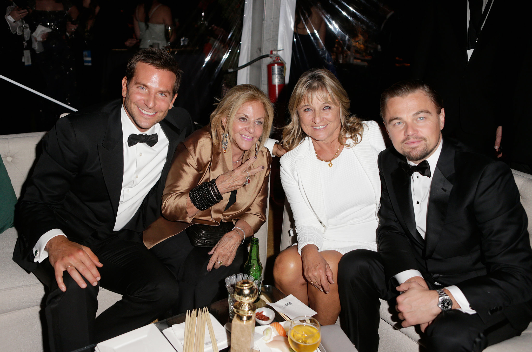 Bradley Cooper e Leonardo DiCaprio com as respectivas mães