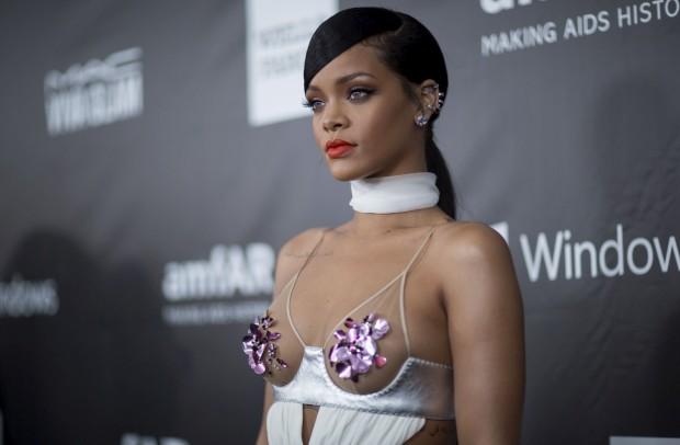Falta tecido no vestido da cantora Rihanna. Design de Tom Ford