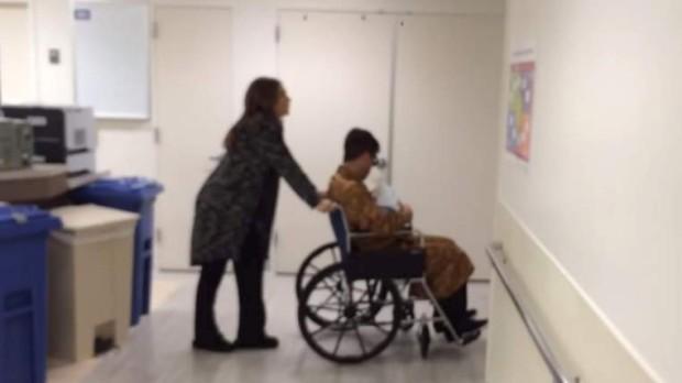 Ayda Field empurra o marido, pelos corredores do hospital, que leva o filho ao colo