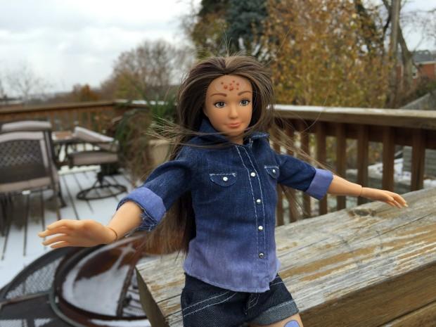 Uma Barbie realista com acne e celulite