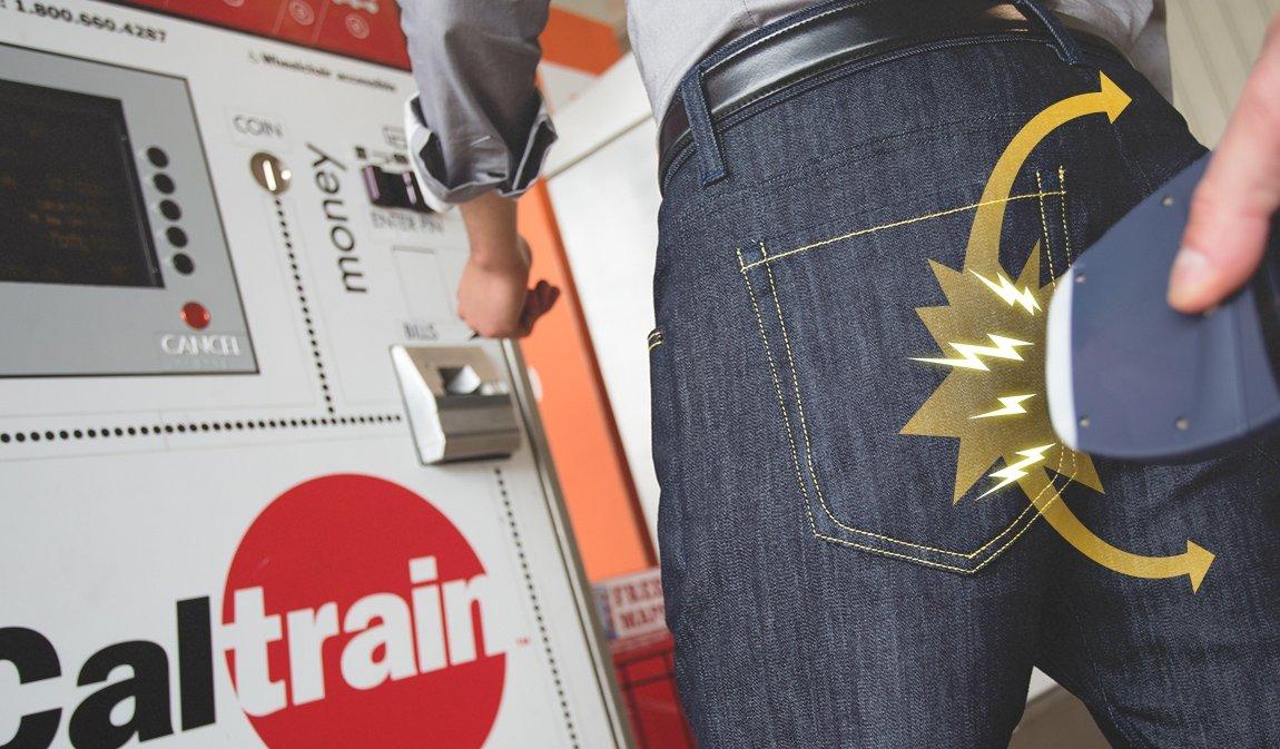 Um bolso à fente e outro atrás nas calças garantem a protecção dos dados