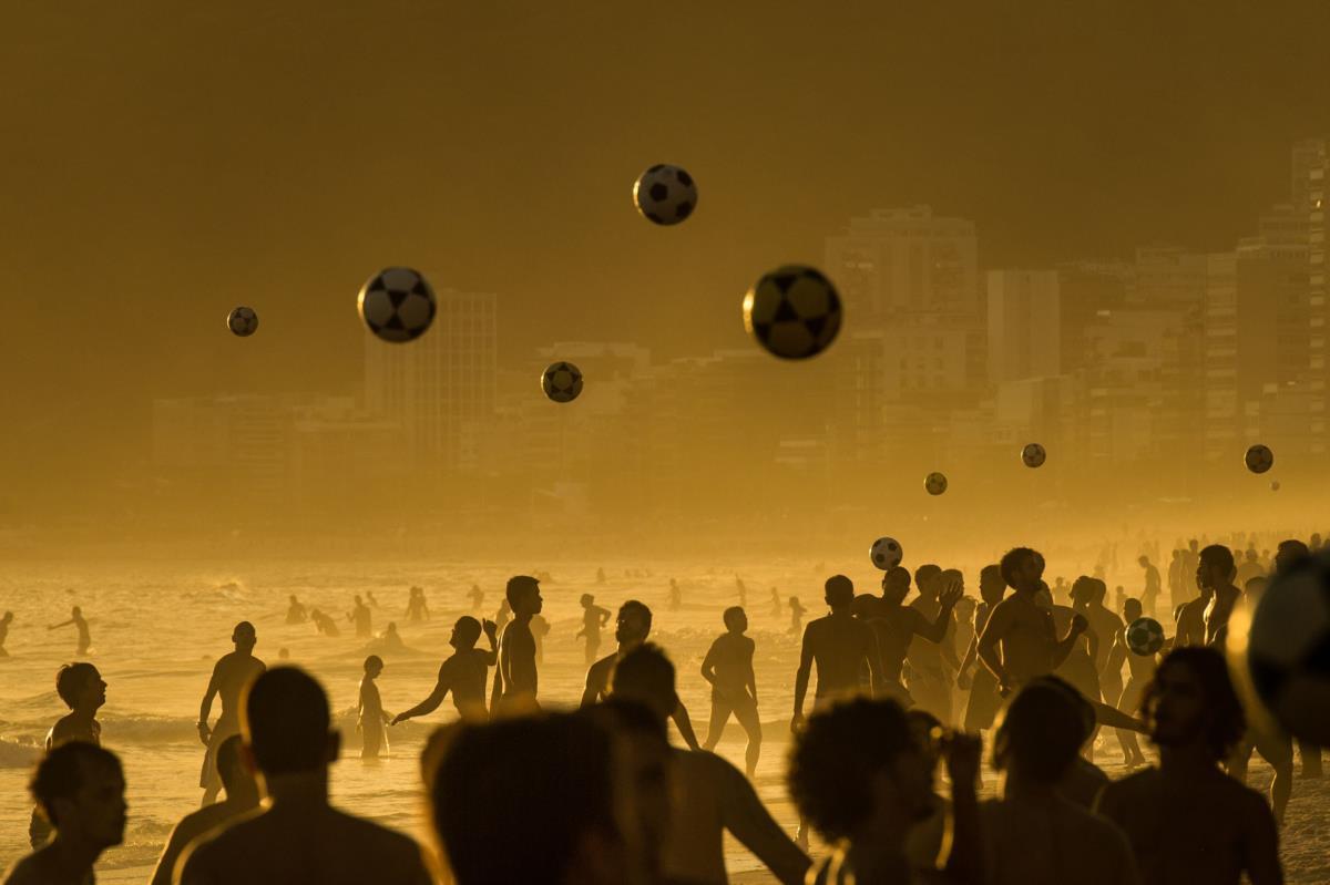 Banhistas jogam à bola na praia de Ipanema, Rio de Janeiro
