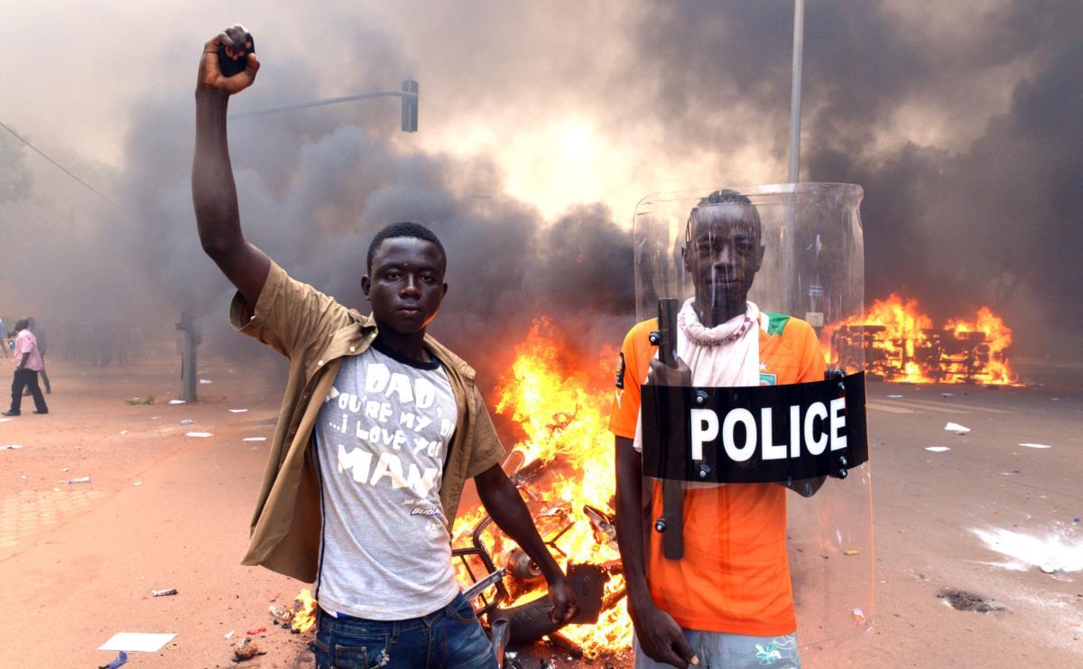 Manifestação à porta do parlamento do Burkina Faso, Ouagadougou