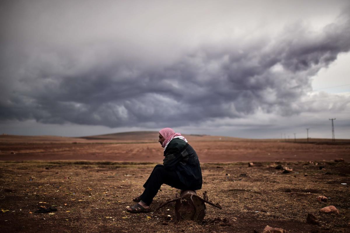 Curdo olha para Kobani, tomada pelo Estado Islâmico