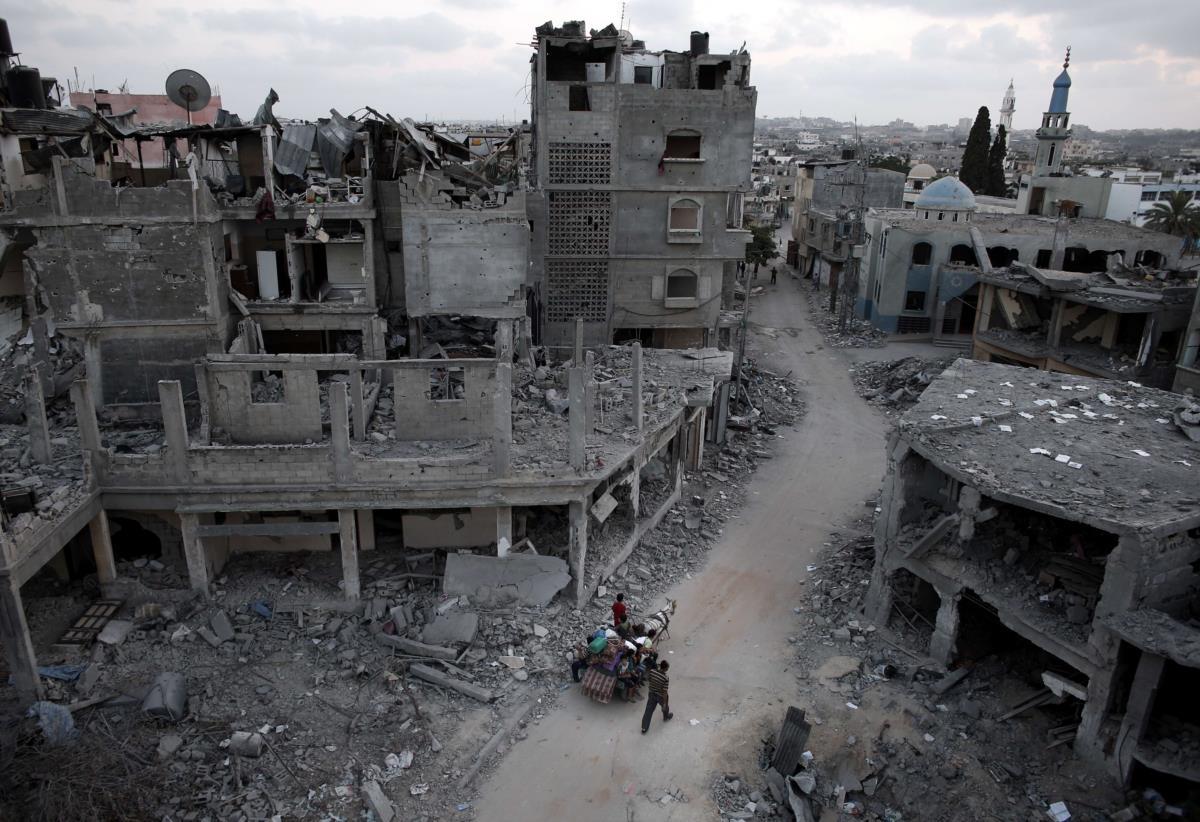 Palestinianos fogem de Beit Hanun, depois de mais um bombardeamento israelita, Gaza