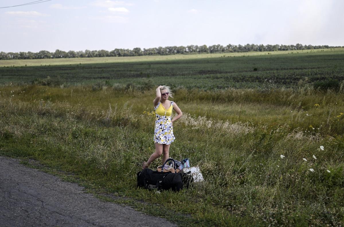Uma rapariga ucraniana chora na estrada para Hrabove