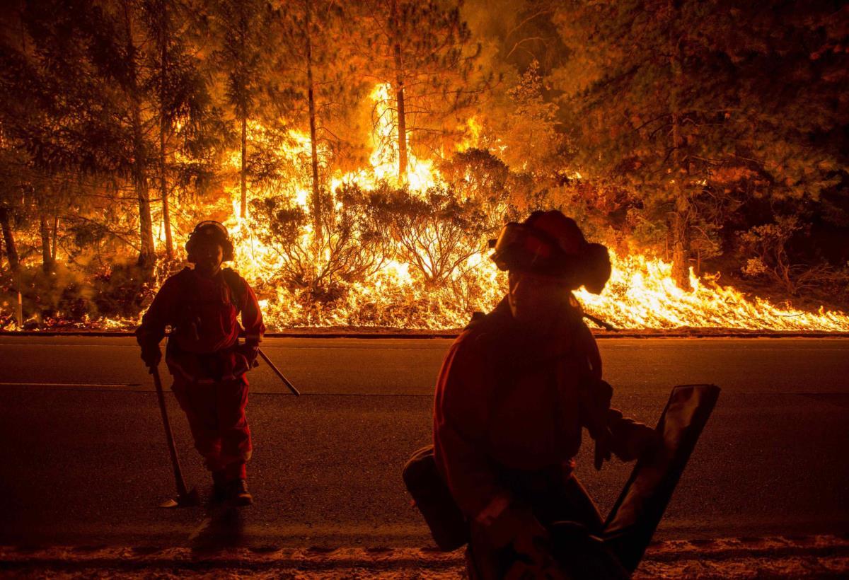 Bombeiros combatem um incêndio florestal em Fresh Pond, Califórnia