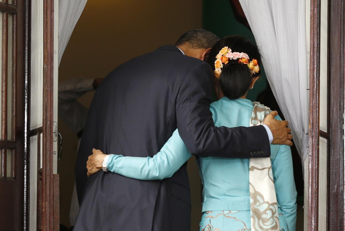 Presidente Obama abraça Aung San Suu Kyi depois da conferência de imprensa em Yangoon