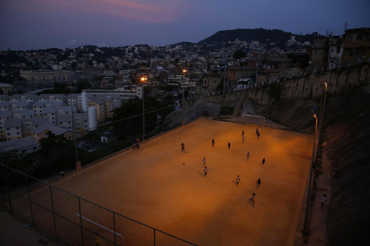 Jogo de futebol na favela de São Carlos, Rio de Janeiro