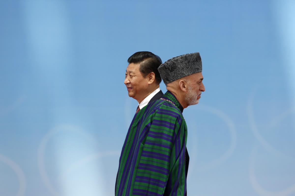 Os presidentes Hamid Karzai e Xi Jinping durante uma cimeira em Xangai, China