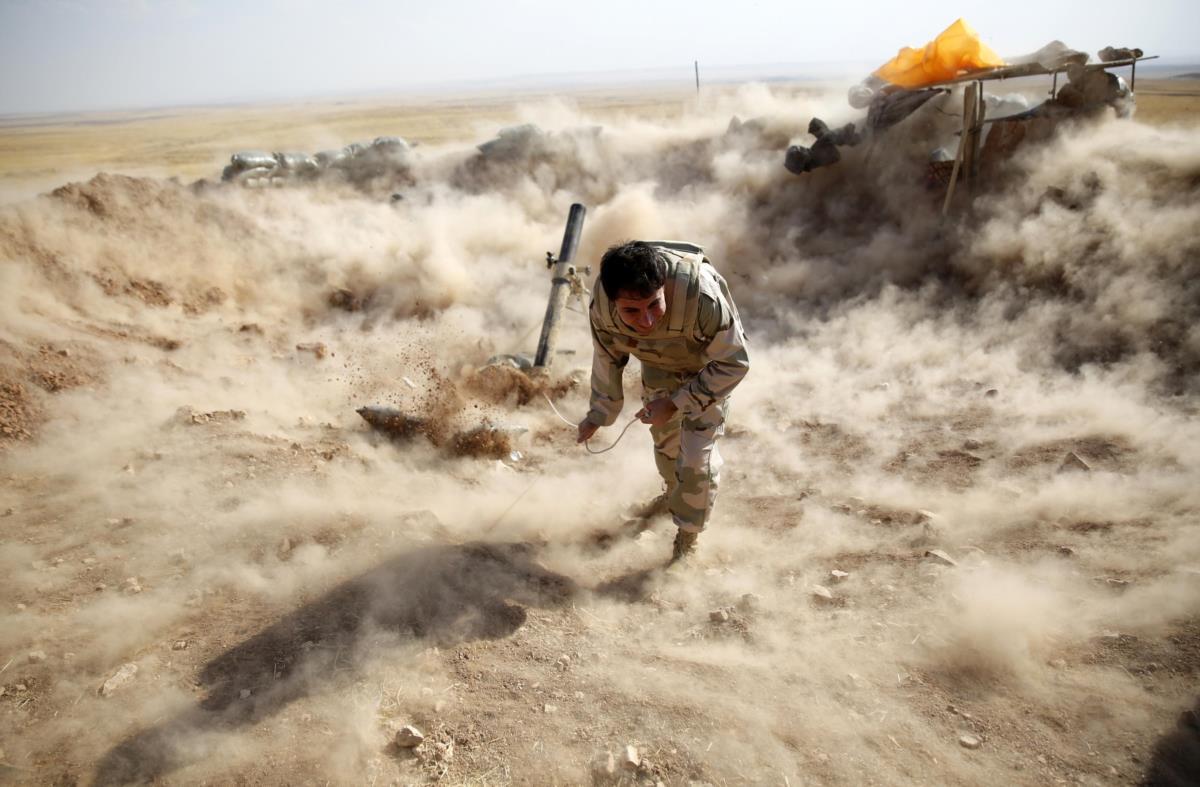 Combatente peshmerga dispara um morteiro na direcção de Zummar, tomada pelo Estado Islâmico