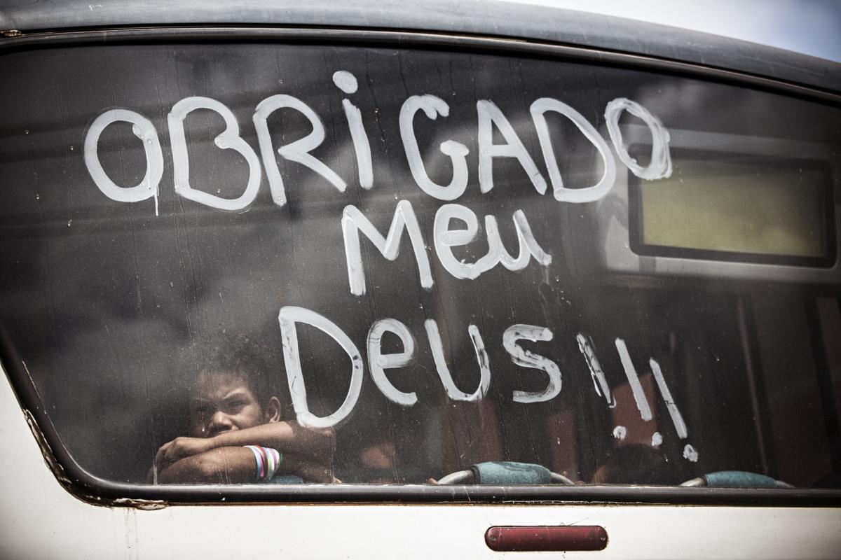 Criança num transporte público na cidade de Belém
