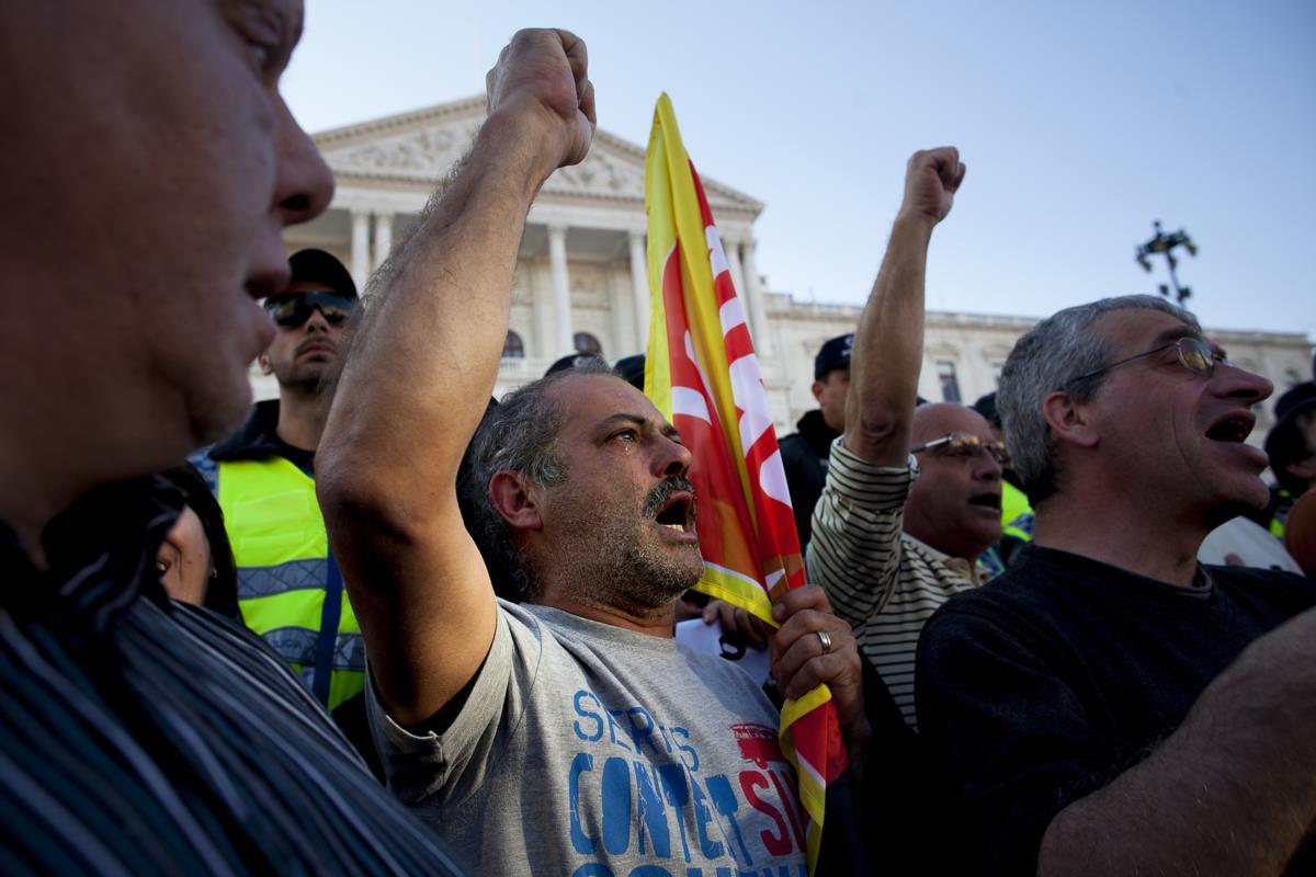 Homem a chorar em frente da Assembleia da República durante uma manifestação dos funcionários da função pública organizada pela Frente Comum. Lisboa, 14 de Março de 2014
