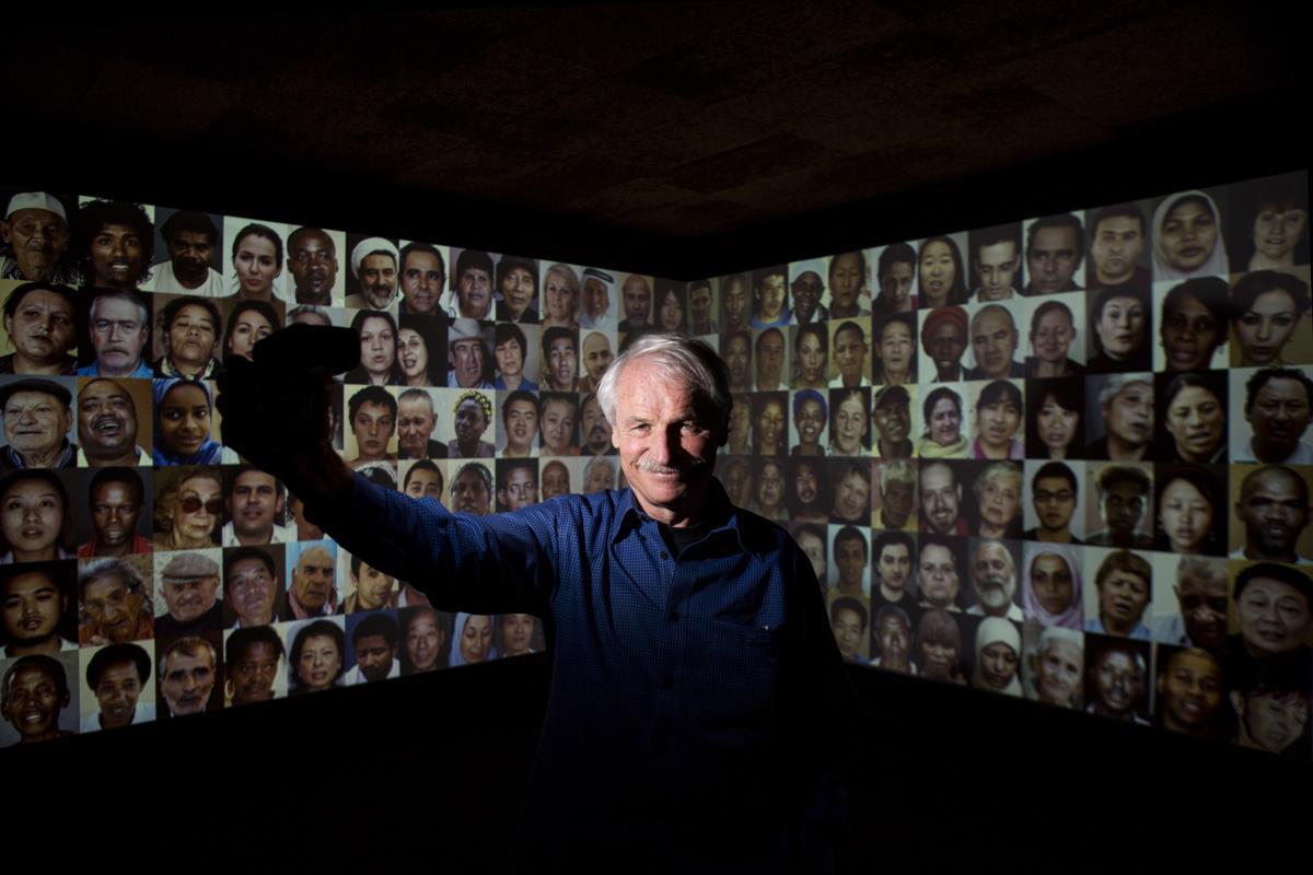 Fotógrafo Yann Arthus Bertrand na inauguração da exposição '7 mil milhões de outros'
