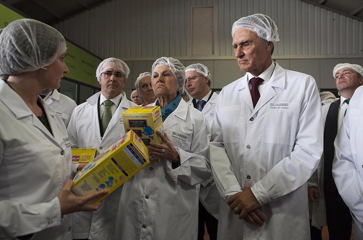 Presidente da República, Aníbal Cavaco Silva, (d) de visita à fábrica da Nestlé no encerramento das comemorações dos 90 anos da empresa em Portugal. Na foto com a sua mulher, Maria Cavaco Silva, e mais atrás o ministro da Economia, António Pires de Lima (e)