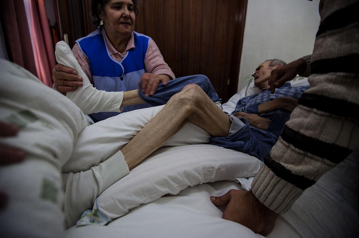 Reportagem sobre os cuidadores de cuidadores - Equipas técnicas (enfermeiros, médicos ou assistentes sociais) de apoio domiciliário do Hospital de Magalhães Lemos estão incumbidos de ensinar quem cuida a cuidar dos doentes e a cuidar-se