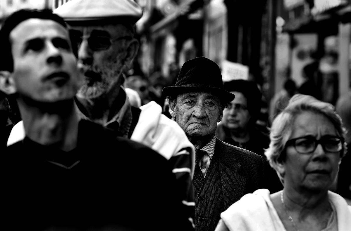 Porto - Reformados saem à rua em protesto contra cortes nas pensões e na saúde em resultado da troika