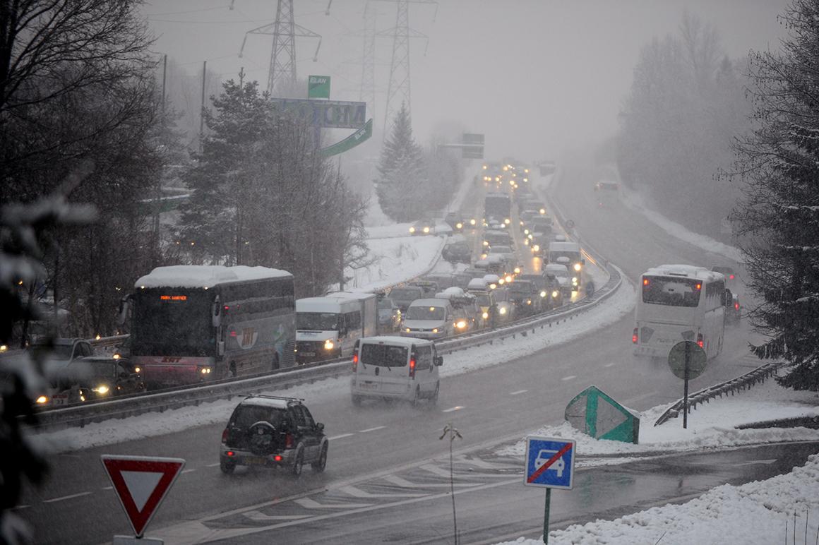 A aproveitar as férias do período de Natal, muitos turistas acabaram por ficar condicionados nas estradas cobertas de neve